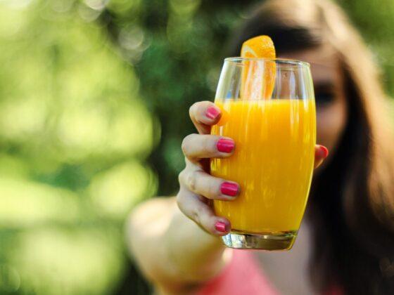 Glas met sap voor een gezonde levensstijl